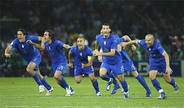Fabio Grosso acaba de inflar las redes y los jugadores Italianos gritan y  corren de alegria 1af5060edebc9
